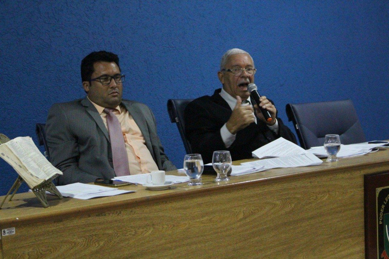 """Na sessão da Câmara Municipal, o Vereador Moisés denuncia: """"pelo segundo ano consecutivo não foram pagos o 13º. Salário aos contratados""""."""